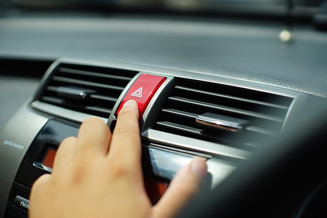 Cómo y cuándo utilizar las luces de emergencia del coche