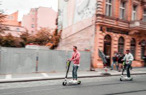 ir en patinete por ciudad